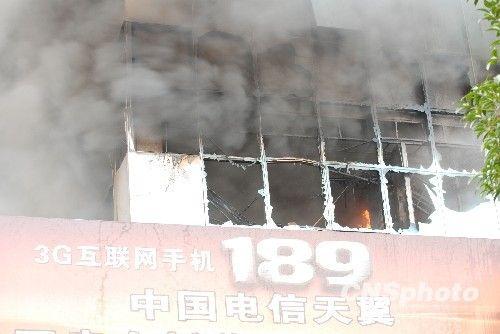图:桂林电信大楼突发大火 消防官兵紧急救援