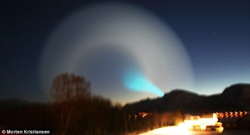 挪威出现神秘现象 螺旋蓝白光圈停留在夜空