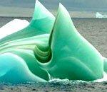 南极奇异的条纹冰山