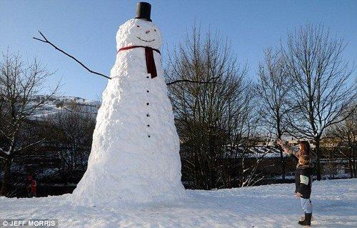 英男子堆出6米高雪人 请警察为其当保镖(图)