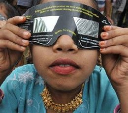 印度民众观测千年一遇日环食