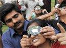 印度民众正在观测日环食
