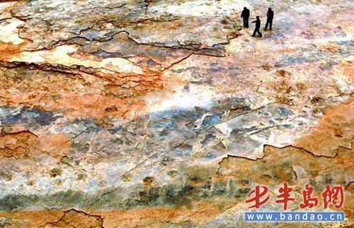 山东诸城发现3000恐龙脚印化石 酷似山水画卷