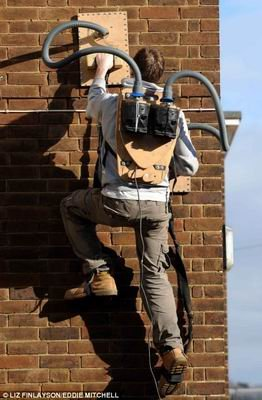 英发明者用吸尘器改造装置可攀爬墙壁(组图)