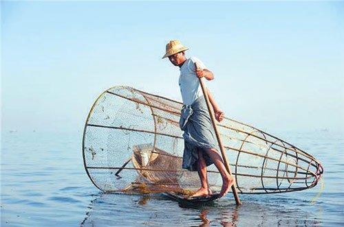 环球博览:茵莱湖畔独脚划船的缅甸人(组图)