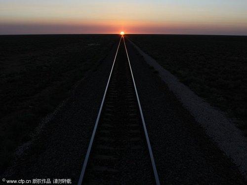 """奇观:太阳落在全球最长直线铁轨""""尽头"""""""