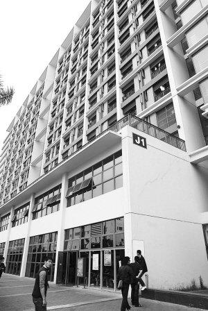 【本报讯】(记者 彭晨 实习生 罗凯燕)昨日凌晨,在龙华富士康宿舍区