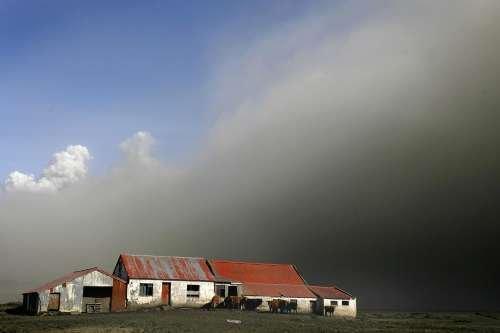火山灰四处飞散害人不浅 冰岛白昼变黑夜(图)