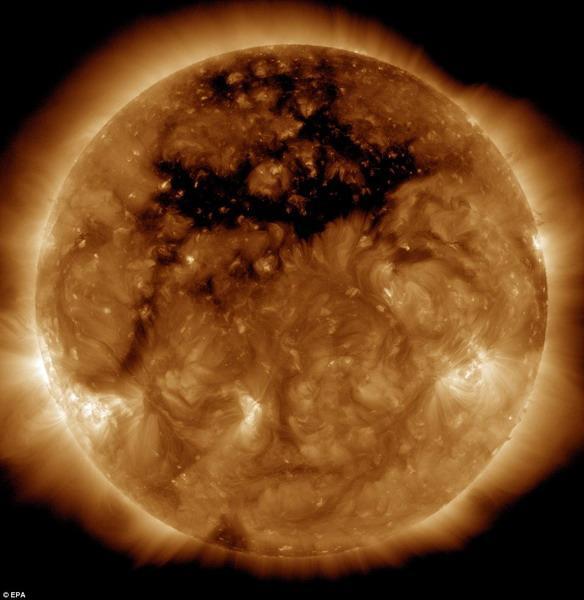 太阳表面出现可容纳50个地球的日冕洞