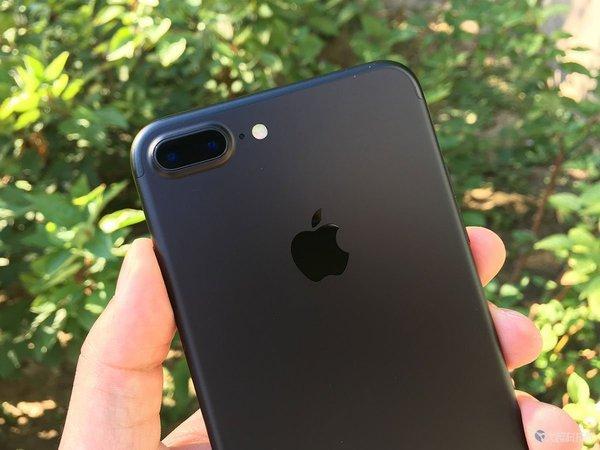 部分用户反映磨砂黑款iPhone 7掉漆 装保护套也没用