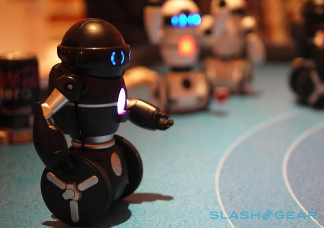 高科技玩具:会自己平衡的可编程机器人MiP