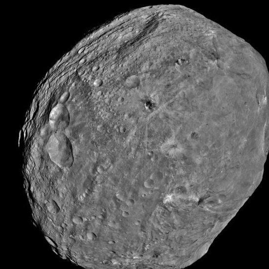 灶神星表面发现巨大山脉 远高过珠穆朗玛峰