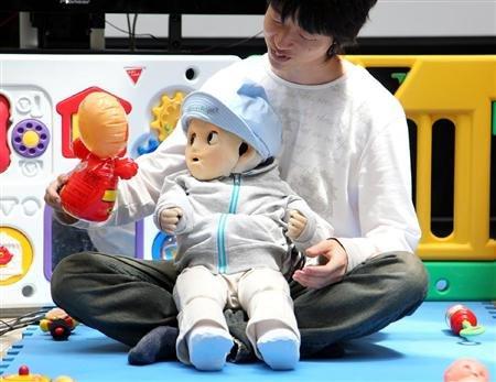 """日本科学家成功研发仿真""""婴儿机器人""""(图)"""