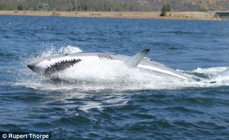 """美富翁造007式""""鲨鱼潜艇"""" 可跃出水面近4米"""