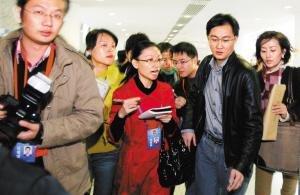 马化腾代表前来报到引起轰动,众多记者上前追问