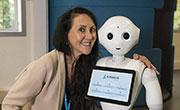 这个机器人会多国语言 能与主人交流沟通