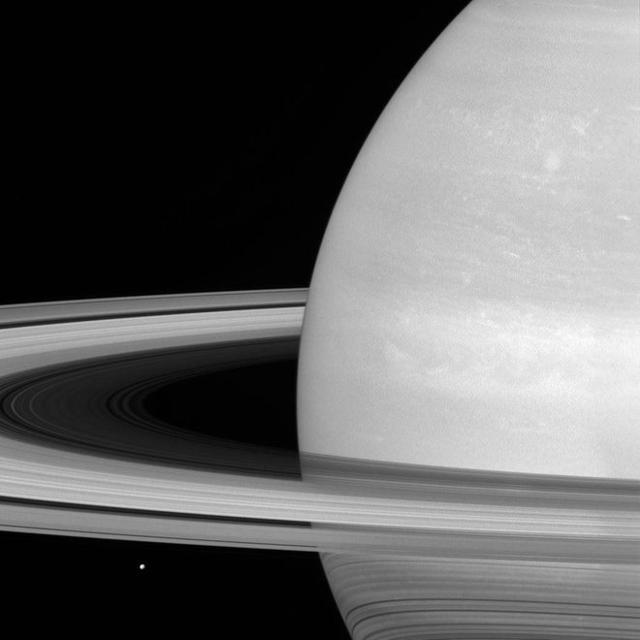 NASA卡西尼探测器拍摄运行在土星环内的小卫星