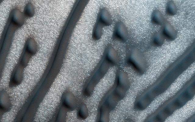 分米级分辨率下的火星表面 神秘条状沙丘似 摩尔斯电码