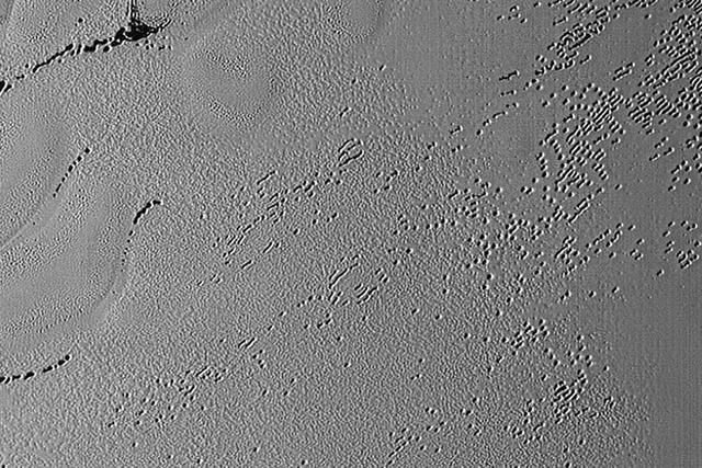 冥王星表面发现神秘空洞:深度可达百米