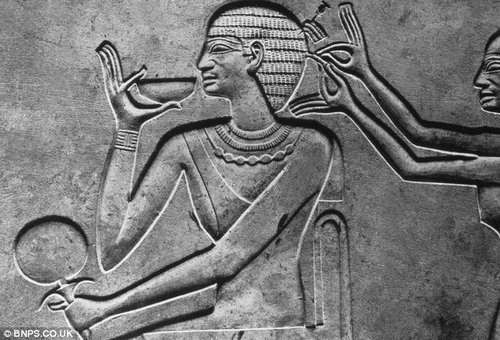 研究人员并未在木乃伊的头发上发现树脂或者其他防腐物质,这说明整理头型与木乃伊身体的处理是分开的。