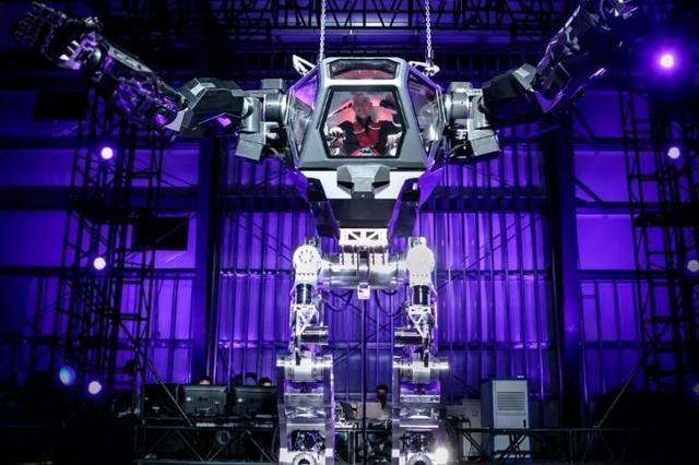 亚马逊CEO贝索斯试驾4米高钢铁机甲 过足科幻瘾