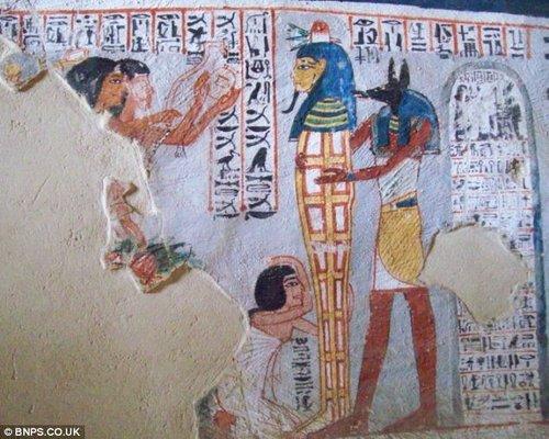 这幅古埃及壁画中表现的就是人们为木乃伊整理头型的场景。