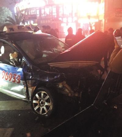 资料图:上海超跑撞车5人伤,肇事方有人直播飙车实况。该图片系《新京报》报道此事时刊载的网络截图。