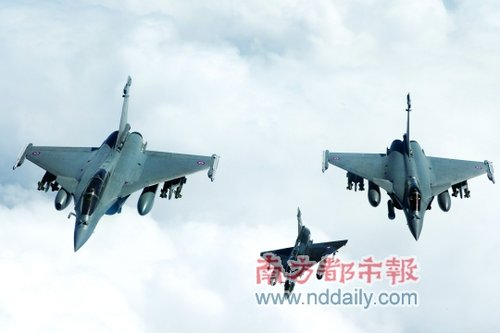 """法国空军幻影2000与两架阵风战斗机出动,对利比亚军方一处""""重要指挥中心""""实行了打击。北约在轰炸利比亚的行动中,根据来自的黎波里地区Twitter用户发布的微博,来确定下一步的轰炸目标。"""
