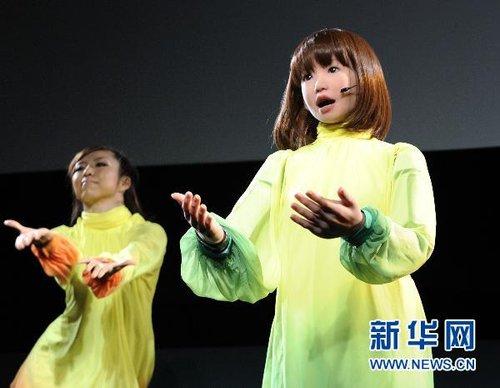 日本美女机器人登台 与真人一起载歌载舞