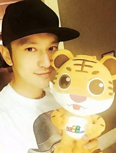 Huang xiaoming 50 million investment of the broadcast platform To the host for cosmetic and falsetto