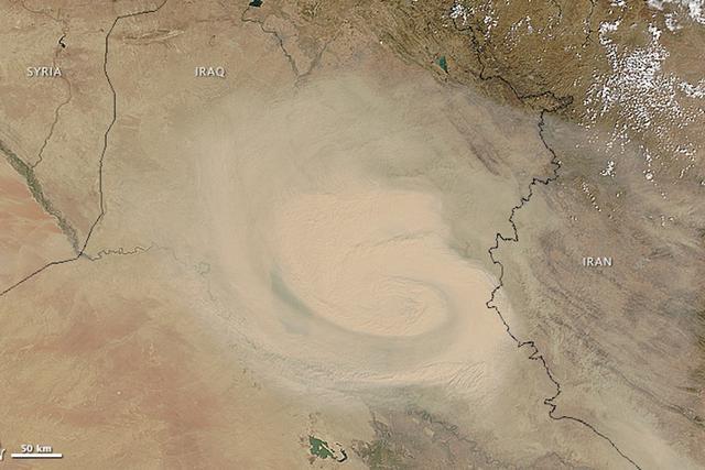 美国宇航局卫星拍摄到中东沙尘暴漩涡