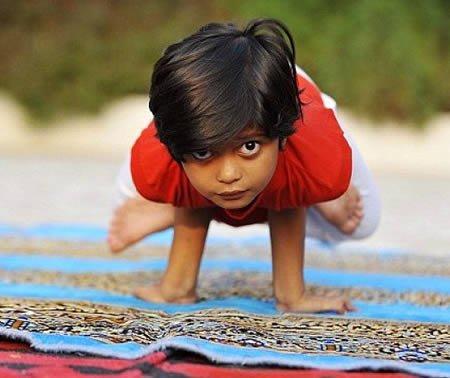 全球天才儿童:6岁瑜伽教练和死亡摩托骑士