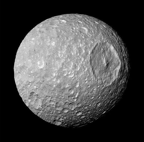"""天文学家发现土卫一上的孤峰 如同""""死星"""""""
