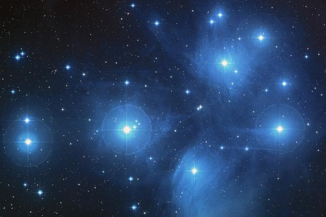 科学家发现正在形成星团的巨型分子云