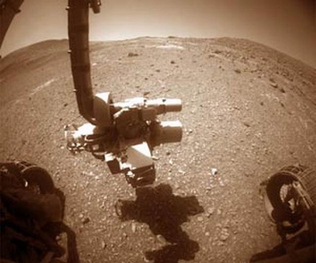 """""""机遇号""""火星车行驶穿越火星一个陡峭斜坡"""