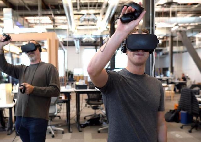 小扎高调现身Oculus实验室 玩起了VR手套
