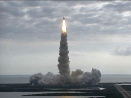 奋进号航天飞机成功发射 携带婴儿鱿鱼上太空