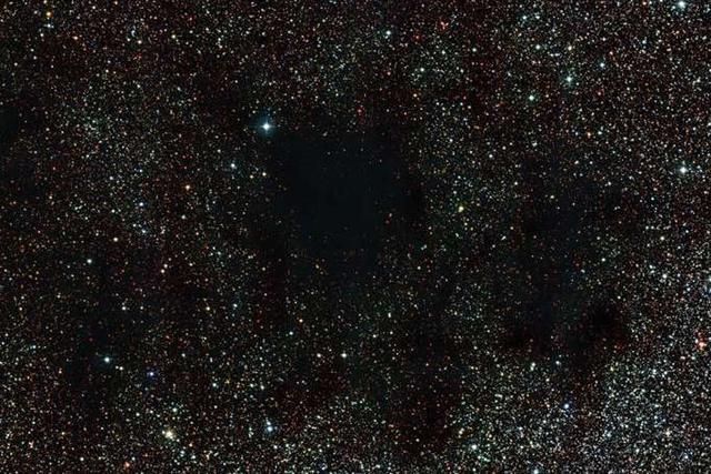 天文学家观测到黑如煤炭的星云