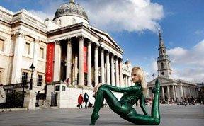 """俄罗斯""""蛇女""""在伦敦街头表演柔术"""