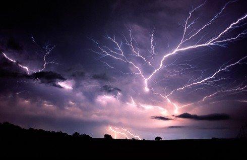飞秒级激光制造强大脉冲 控制闪电击中目标