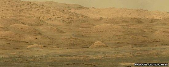 目前好奇号正试图登上一座山峰,但是它必须绕过一个危险的沙坑区域