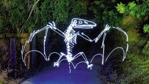 """夜晚途经此地看到这样一只发光""""恐龙"""",会害怕的吧?"""