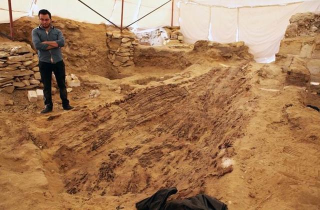 埃及金字塔旁挖掘发现4500年前古代陪葬船