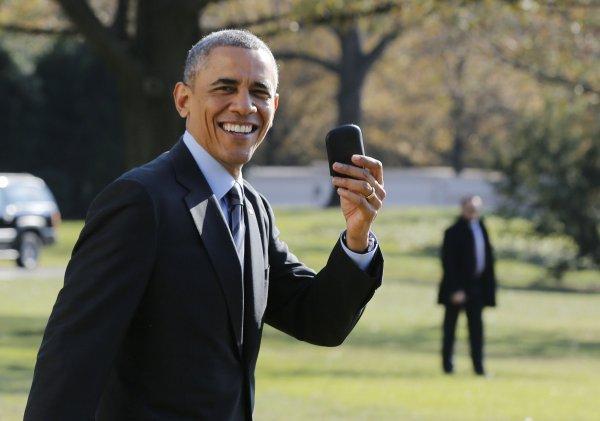 奥巴马仍钟爱黑莓机:外出片刻不离身