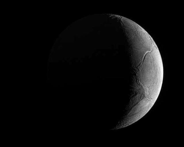 卡西尼探测器拍摄土卫二该星球可能孕育生命