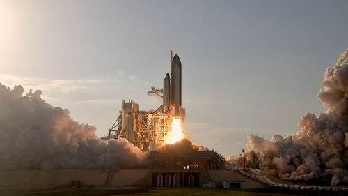 发现号开始绝唱之旅 人类首个太空机器人升空
