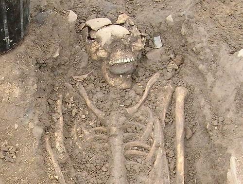 考古挖掘发现8世纪奇特尸骨:口中塞神秘石块