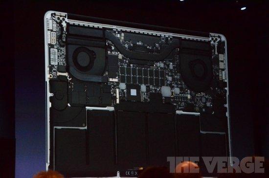 MBP的内部结构 1:33 这是由电池决定的。硬件的升级需要强大的电池技术支持。 1:33 这是内部的一些东西。我们放进了速度最快的CPU,四核i5或i7。最快的RAM、最快的显卡。当然,它配备的是闪存,最高支持768GB。