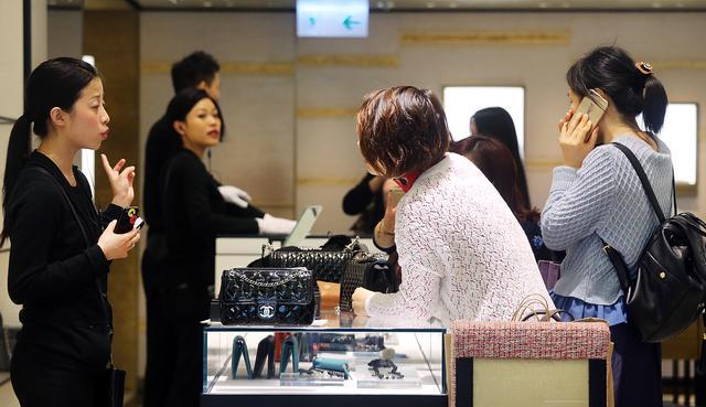 香奈儿下调中国内地售价 奢侈品电商有出路吗?