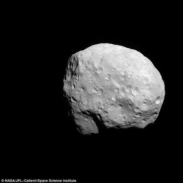 美探测器传回土星卫星清晰图像